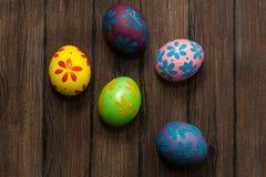 Αυγά Πάσχας σε έναν ξύλινο Στοκ φωτογραφίες με δικαίωμα ελεύθερης χρήσης
