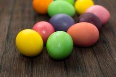 Αυγά Πάσχας σε έναν ξύλινο Στοκ εικόνες με δικαίωμα ελεύθερης χρήσης