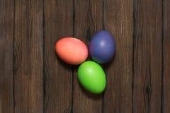 Αυγά Πάσχας σε έναν ξύλινο Στοκ φωτογραφία με δικαίωμα ελεύθερης χρήσης