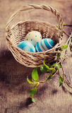 Αυγά Πάσχας σε ένα καλάθι Στοκ εικόνες με δικαίωμα ελεύθερης χρήσης