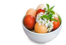 Αυγά Πάσχας σε ένα κεραμικό βάζο σε ένα άσπρο υπόβαθρο Στοκ Εικόνες