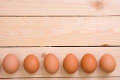 Αυγά Πάσχας σε ένα κλίμα του φυσικού ξύλου στοκ φωτογραφίες