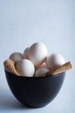 Αυγά Πάσχας σε ένα μαύρο κύπελλο Στοκ φωτογραφίες με δικαίωμα ελεύθερης χρήσης
