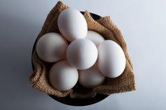 Αυγά Πάσχας σε ένα μαύρο κύπελλο Στοκ εικόνα με δικαίωμα ελεύθερης χρήσης