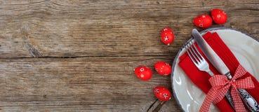 Αυγά Πάσχας σε ένα πιάτο στο κόκκινο τραπεζομάντιλο Στοκ φωτογραφία με δικαίωμα ελεύθερης χρήσης