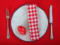 Αυγά Πάσχας σε ένα πιάτο στο κόκκινο τραπεζομάντιλο Στοκ εικόνες με δικαίωμα ελεύθερης χρήσης