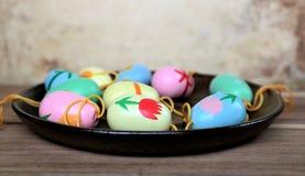 Αυγά Πάσχας σε ένα πιατάκι, ζωηρόχρωμη σκηνή Στοκ Εικόνα