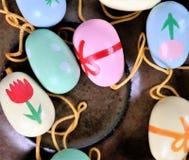 Αυγά Πάσχας σε ένα πιατάκι, ζωηρόχρωμη σκηνή, Στοκ Φωτογραφίες