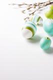 Αυγά Πάσχας σε ένα φωτεινό υπόβαθρο με το διάστημα κλάδων και αντιγράφων ιτιών Στοκ Εικόνες
