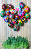 Αυγά Πάσχας σε μια ξύλινη ανασκόπηση Στοκ Φωτογραφίες