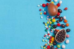 Αυγά Πάσχας σοκολάτας με τα τόξα κορδελλών χρώματος Στοκ Φωτογραφία