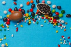 Αυγά Πάσχας σοκολάτας με τα τόξα κορδελλών χρώματος Στοκ Εικόνα