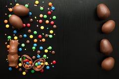 Αυγά Πάσχας σοκολάτας, λαγουδάκι Πάσχας, ζωηρόχρωμες πτώσεις καραμελών, στο α Στοκ φωτογραφίες με δικαίωμα ελεύθερης χρήσης