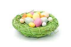 Χρωματισμένα κρητιδογραφία αυγά Πάσχας σε μια μικρή φωλιά Στοκ φωτογραφία με δικαίωμα ελεύθερης χρήσης