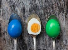 Αυγά Πάσχας στα παλαιά κουτάλια στο ξύλινο υπόβαθρο Στοκ Εικόνες