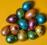 Αυγά Πάσχας στην κίτρινη ανασκόπηση Πάσχα ευτυχές Στοκ εικόνα με δικαίωμα ελεύθερης χρήσης