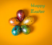 Αυγά Πάσχας στην κίτρινη ανασκόπηση Πάσχα ευτυχές Στοκ φωτογραφία με δικαίωμα ελεύθερης χρήσης