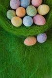 Αυγά Πάσχας στην πράσινη ανασκόπηση Στοκ Φωτογραφίες