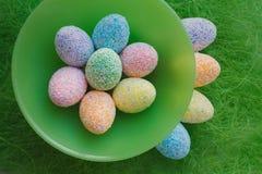Αυγά Πάσχας στην πράσινη ανασκόπηση Στοκ Εικόνες