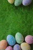 Αυγά Πάσχας στην πράσινη ανασκόπηση Στοκ φωτογραφίες με δικαίωμα ελεύθερης χρήσης