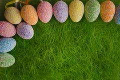 Αυγά Πάσχας στην πράσινη ανασκόπηση Στοκ φωτογραφία με δικαίωμα ελεύθερης χρήσης