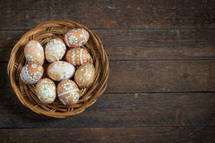 Αυγά Πάσχας στη φωλιά αγροτικό σε ξύλινο Στοκ Φωτογραφία