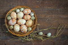 Αυγά Πάσχας στη φωλιά αγροτικό σε ξύλινο Στοκ Φωτογραφίες