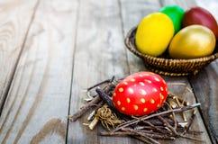Αυγά Πάσχας στη φωλιά κλάδων σε ξύλινο Στοκ φωτογραφία με δικαίωμα ελεύθερης χρήσης