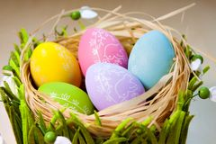 Αυγά Πάσχας στη φωλιά στις αγροτικές ξύλινες σανίδες στοκ φωτογραφίες