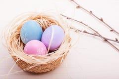 Αυγά Πάσχας στη φωλιά στις αγροτικές ξύλινες σανίδες στοκ εικόνες με δικαίωμα ελεύθερης χρήσης