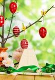 Αυγά Πάσχας στον κλάδο και τις πετσέτες, επιδόρπιο τυριών, λουλούδια, ribb Στοκ Φωτογραφίες