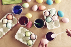 Αυγά Πάσχας στον πίνακα Στοκ φωτογραφία με δικαίωμα ελεύθερης χρήσης