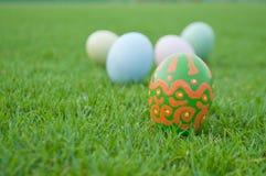 Αυγά Πάσχας στον πράσινο χορτοτάπητα Στοκ Εικόνες
