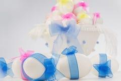 Αυγά Πάσχας στο άσπρο κύπελλο στοκ φωτογραφίες