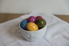 Αυγά Πάσχας στο άσπρο τραπεζομάντιλο Στοκ Φωτογραφίες