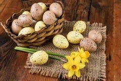 Αυγά Πάσχας στο αναδρομικό χρώμα κρητιδογραφιών διακοσμήσεων καλαθιών στον παλαιό ξύλινο πίνακα Στοκ Φωτογραφίες