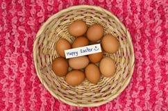 Αυγά Πάσχας στο καλάθι με τη σημείωση Στοκ Φωτογραφίες