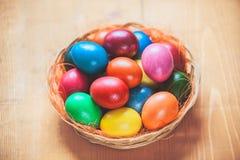 Αυγά Πάσχας στο καλάθι Στοκ εικόνα με δικαίωμα ελεύθερης χρήσης