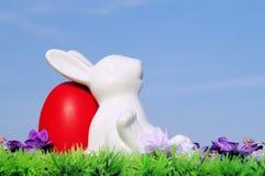 Αυγά Πάσχας στο λιβάδι και τον ουρανό λουλουδιών Στοκ εικόνες με δικαίωμα ελεύθερης χρήσης