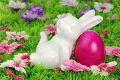 Αυγά Πάσχας στο λιβάδι λουλουδιών Στοκ φωτογραφίες με δικαίωμα ελεύθερης χρήσης