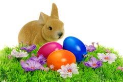 Αυγά Πάσχας στο λιβάδι λουλουδιών Στοκ Εικόνες