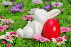 Αυγά Πάσχας στο λιβάδι λουλουδιών Στοκ Φωτογραφία