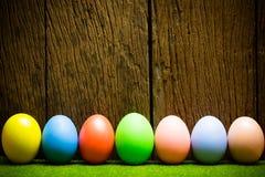 Αυγά Πάσχας στο ξύλινο υπόβαθρο Στοκ εικόνα με δικαίωμα ελεύθερης χρήσης
