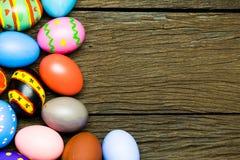 Αυγά Πάσχας στο ξύλινο υπόβαθρο Στοκ φωτογραφίες με δικαίωμα ελεύθερης χρήσης