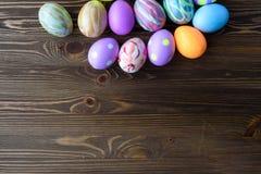 Αυγά Πάσχας στο ξύλινο υπόβαθρο Στοκ Εικόνες
