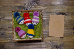 Αυγά Πάσχας στο πράσινο σίζαλ Emoticons στο πλεκτό καπέλο με pom-po Στοκ εικόνα με δικαίωμα ελεύθερης χρήσης