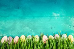 Αυγά Πάσχας στο φωτεινό μπλε υπόβαθρο στοκ εικόνες