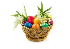 Αυγά Πάσχας στο busket που απομονώνεται στην άσπρη έννοια υποβάθρου holyday Στοκ Εικόνα