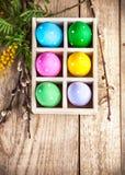 Αυγά Πάσχας στο mimosa καλαθιών και κλάδων Στοκ φωτογραφίες με δικαίωμα ελεύθερης χρήσης