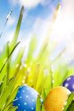 Αυγά Πάσχας τέχνης που διακοσμούνται στη χλόη Στοκ Εικόνες